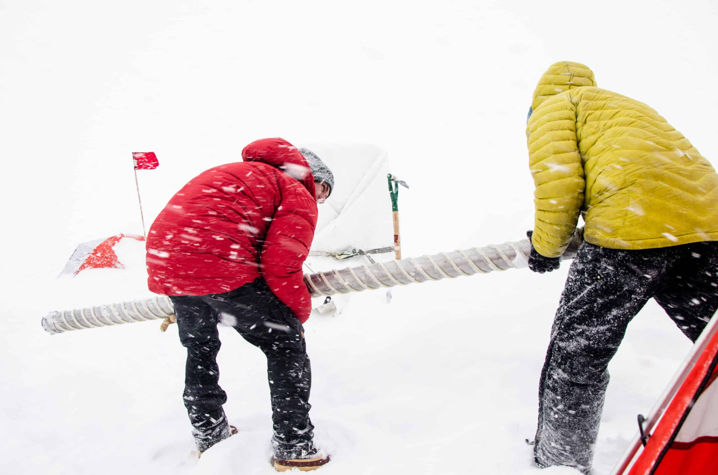 Recovering an ice core from west Greenland. Credit: Sarah Has/Woods Hole Oceanographic Institution